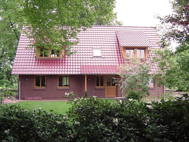 Blick auf VISA-Haus Seitenansicht vom Garten aus